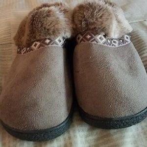 isotoner Shoes - Isotoner size 8 slip-on slippers